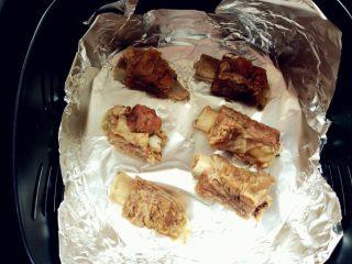 蒜香排骨,用锡纸或油纸垫在空炸锅内,将排骨放入。如果没有空气炸锅,放入烤箱是一样的
