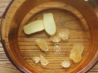 鸡蛋花糖水,新装一锅清水,放入姜片和适量冰糖;