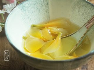 鸡蛋花糖水,端碗盛出,光看着就赏心悦目~~