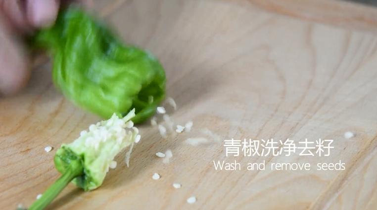 """""""虎皮青椒""""美味又下饭,上桌分分钟变光盘,青椒洗净去籽"""