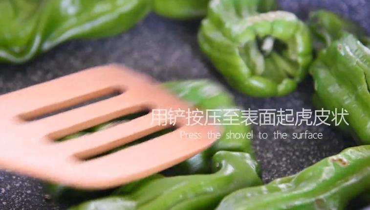 """""""虎皮青椒""""美味又下饭,上桌分分钟变光盘,热锅下青椒,并用铲按压表面"""