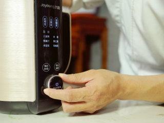 宫廷滋补甜品:杏仁酪,放入豆浆机中,选择果仁露选项,点击启动。