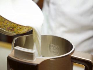 宫廷滋补甜品:杏仁酪,取干杏仁80克,放三分之二比例的牛奶和三分之一比例的水,倒入豆浆机中。