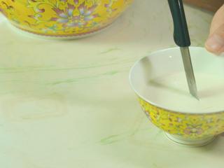 宫廷滋补甜品:杏仁酪,凝固后,用小刀划十字块,加入冰糖水和车厘子。