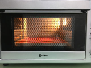 红丝绒蛋糕卷,放入提前预热的烤箱中,时间为18-20分钟。