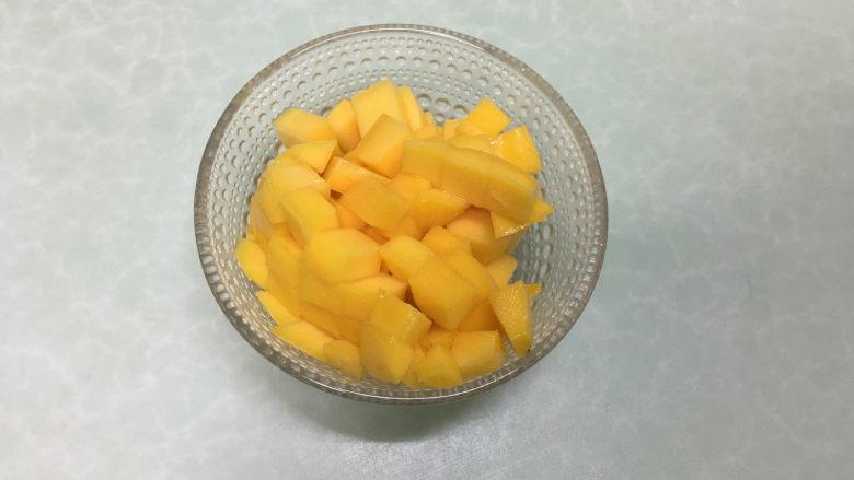 红丝绒蛋糕卷,芒果去皮切成小丁。