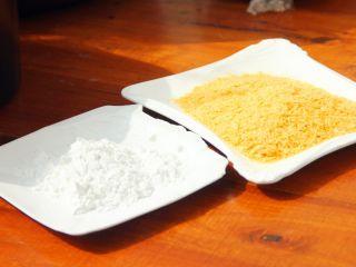 芝士爆浆鸡排,5、准备好淀粉和面包糠。