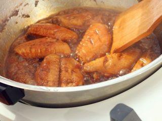 可乐鸡翅,炖好之后大火收汁,把汤汁收至浓稠即可。