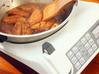 可乐鸡翅,大火烧开之后转小火炖20分钟。