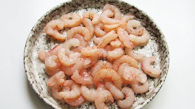 丝瓜炒虾仁,对虾清洗干净剥去壳,用牙签挑去虾线