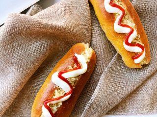 肉松小热狗面包,均匀挤在热狗上。