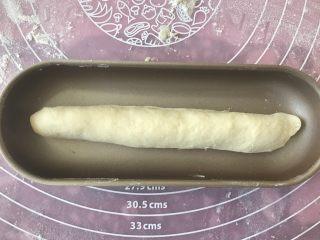 肉松小热狗面包,收口朝下放入热狗模具里。