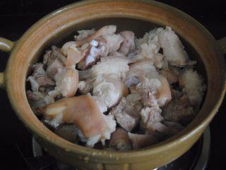 南乳豬蹄,放入砂鍋內