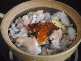 南乳豬蹄,把調好的醬汁倒入鍋內,加入姜片拌勻