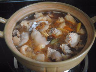 南乳豬蹄,大火煮開后轉小火燉煮30分鐘