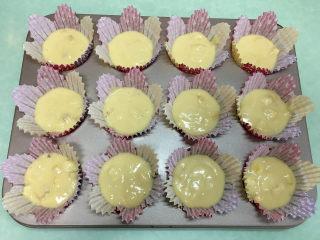 香蕉松仁麦芬蛋糕,用小勺分到准备好的蛋糕模具中,7、8分满就可以。