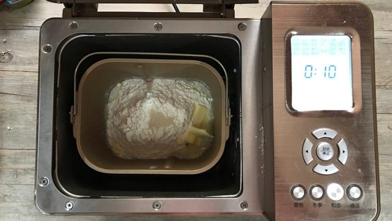 黄桃香酥面包,将面团材料全部放入东菱1352面包机桶内,设置和面10分钟,结束后让面团静置5分钟后,再设置和面15分钟。