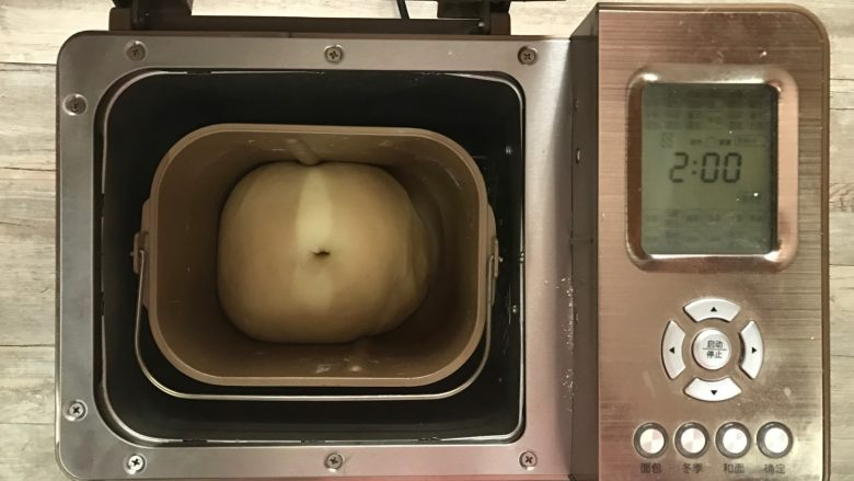 黄桃香酥面包,面团一发结束,发至约2倍大。