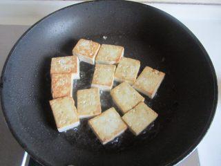 雪菜肉末烧豆腐, 煎至金黄后翻一面, 也煎成金黄色后盛出;