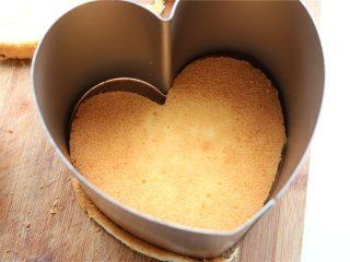 火龙果酸奶双色慕斯,用模具切出形状,边缘切掉一些,比模具略小就可以了。