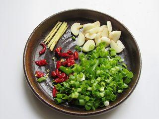 丝瓜炖豆腐,将辅料生姜、蒜头、葱、辣椒切好,如果是做给产妇,请将辣椒和生姜、蒜头几样食材去掉,只有葱即可
