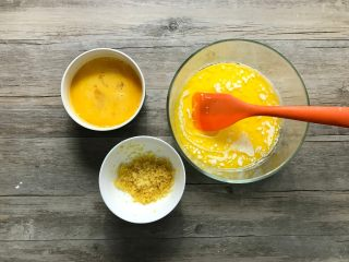 金宝顶蓝莓麦芬,黄油加淡奶油隔水融化待凉。准备好蛋液和柠檬屑。