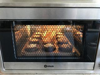 金宝顶蓝莓麦芬,放入烤箱烘烤25-30分钟。(可以尝试用牙签插入再拔起,如牙签光滑无蛋糕屑粘连即可)