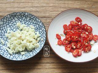 夏天小菜~凉拌莴笋,蒜剁碎,辣椒切小圈。