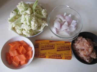 咖喱鸡片菜花,准备好原材料;