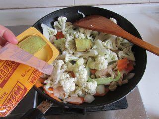 咖喱鸡片菜花,加入咖喱膏,翻炒直至完全化开;