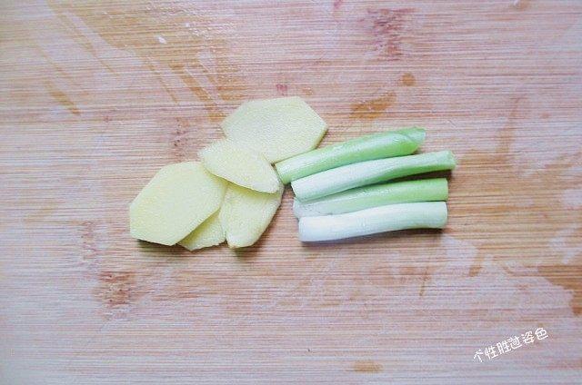 馋嘴猪肉粒,姜去皮切成片,葱洗干净切成段