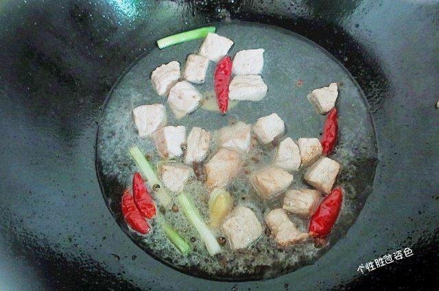 馋嘴猪肉粒,加入适量清水,大火烧开