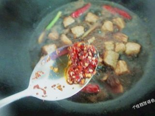 馋嘴猪肉粒,代汁收到二分之一的时候,加入一勺辣椒油