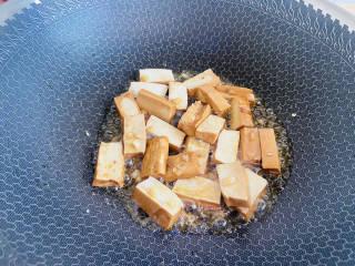 蒜苔香干,翻炒均匀