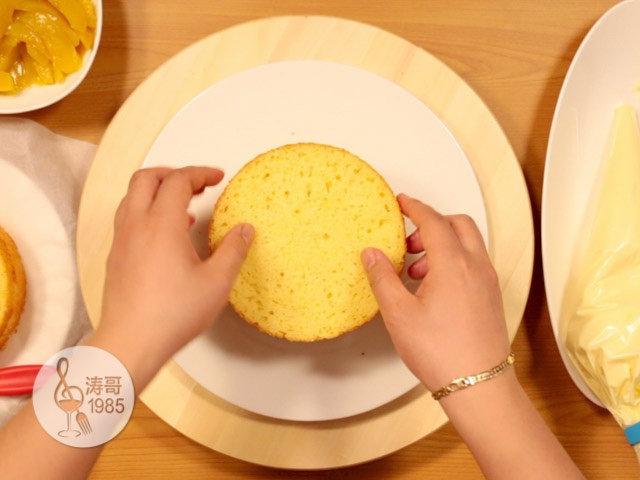 黄桃裙边蛋糕,之后再摆一片蛋糕上去