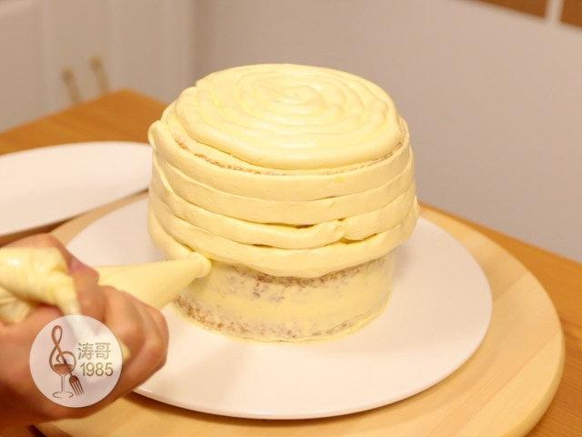 黄桃裙边蛋糕,挤好后在四周也挤上奶油霜,从上往下挤,这样就算下面挤得少点也没关系