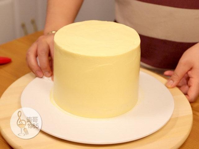 黄桃裙边蛋糕,然后用纸巾把盘子擦干净之后