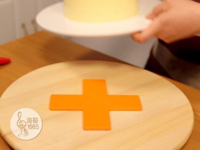 黄桃裙边蛋糕,再放入冰箱的保鲜层冷藏15分钟定型