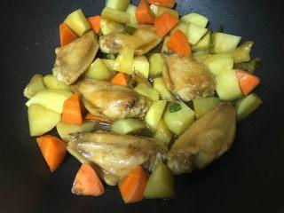 干锅土豆鸡翅,加入胡萝卜块儿,继续盖盖焖煮。