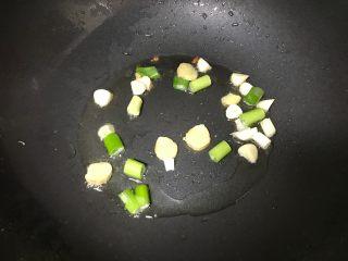 干锅土豆鸡翅,另起锅油烧热后葱姜爆锅。