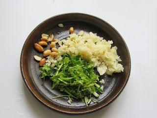 凉拌面皮,香菜切碎、花生米压碎