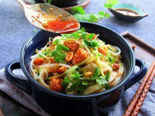 凉拌面皮,装碗,吃的时候淋入油泼辣子和香菜,味道棒棒哒