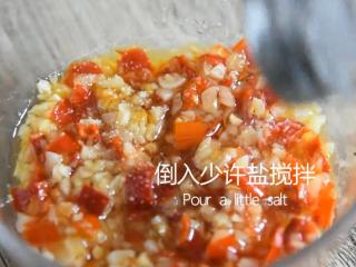 蒜蓉粉丝蒸丝瓜好看又好吃,秘密就在这酱料,倒入少许盐搅拌