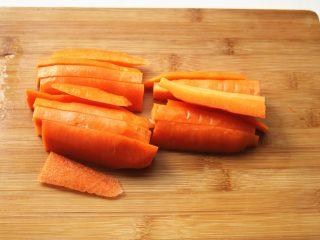 胡萝卜虾饺,胡萝卜洗净去皮,切成细条。