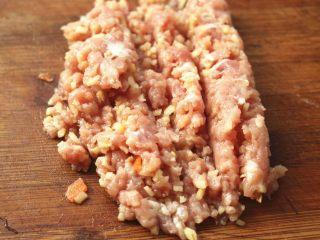 胡萝卜虾饺,肉切小块,和一些姜一起剁碎。