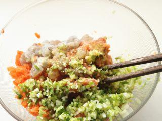 胡萝卜虾饺,加入调料,调料根据自己口味调整即可,尽量不要用老抽,颜色太重,虾饺的皮比较薄,透出来的颜色就不好看了。