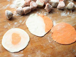 胡萝卜虾饺,擀成薄薄的饺子皮,还有两种彩色的都很简单,一看就明白。
