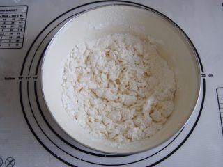 猪肉玉米馅饼,倒入温水搅拌成雪花状