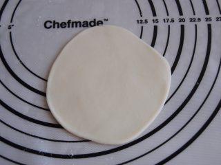 猪肉玉米馅饼,面团醒好后分成6个小面团,取一个擀成大约厚0.2CM的圆形