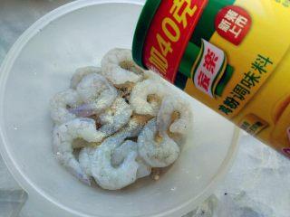 糖醋什锦虾仁,虾仁解冻,沥净水分,加少许家乐鸡粉抓匀。没有鸡粉可以用盐代替,用量稍减。我用的虾仁是开背去过纱线的。
